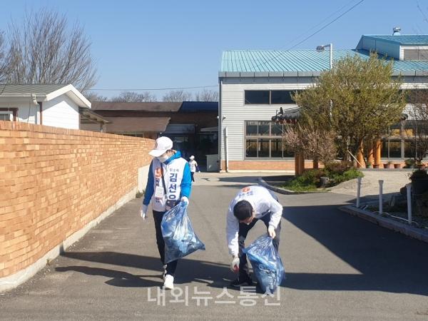 선거운동원과 함께 길거리 쓰레기를 줍는 김선우 후보(오른쪽)