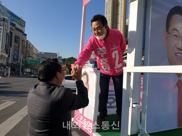 ▲ 주호영 대구수성갑 미래통합당 후보가 지지자와 인사를 나누고 있는 모습 ( 사진 = 주호영 후보 선거사무소)